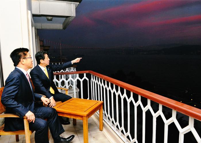 トルコ ボスポラマ海峡を眺める総理と代議士